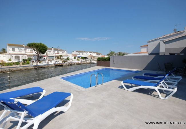 Villa avec piscine et amarre
